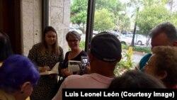 Zoé Valdés firma libros a sus lectores en Miami.