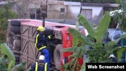 Rescatistas trabajn en la escena del choque entre un ómnibus y un carretón de caballos en Yaguajay, Sancti Spíritus.