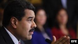 Fotografía cedida por el Palacio de Miraflores que muestra al presidente venezolano, Nicolás Maduro, durante una rueda de prensa en Caracas (Venezuela).