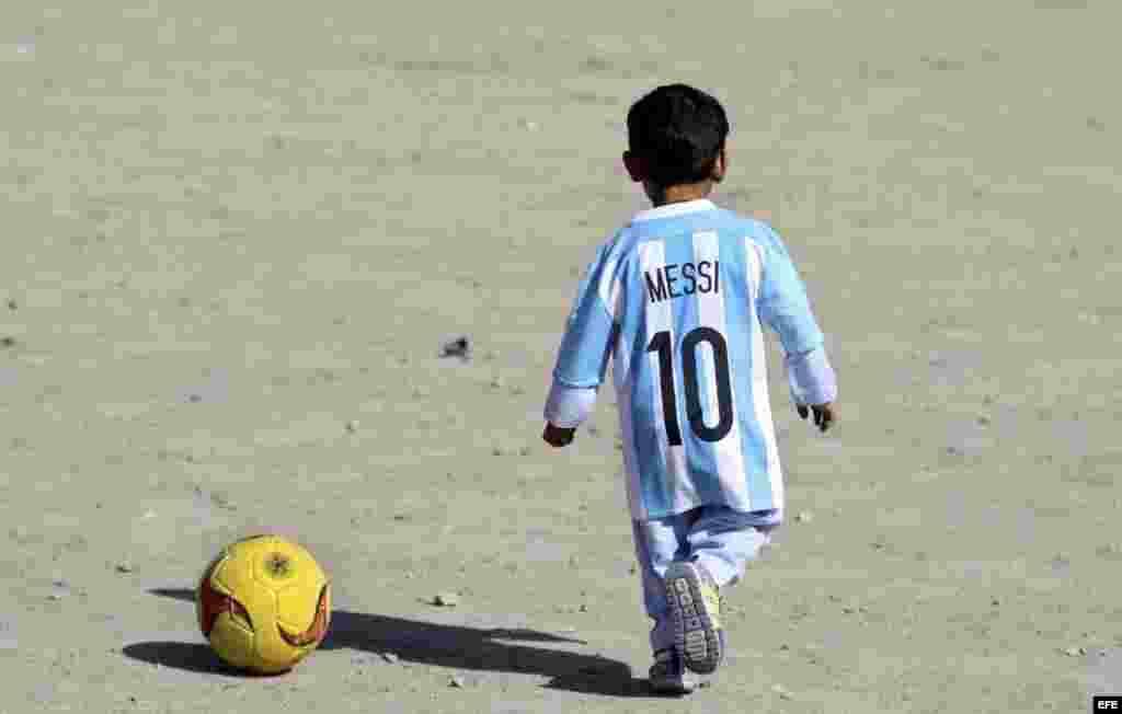 Fotografía del niño afgano de 5 años, Murtaza Ahmadi, un joven seguidor del delantero argentino del FC Barcelona Lionel Messi.