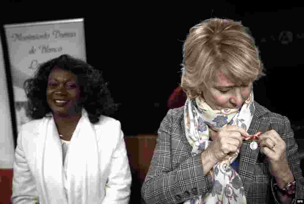 """La presidenta del PP de Madrid, Esperanza Aguirre (d), y la portavoz de las Damas de Blanco de Cuba, Berta Soler, durante el acto organizado hoy en la Casa de América de Madrid bajo el título """"Damas de Blanco: Un mensaje de Cuba"""". En el acto se ha produc"""
