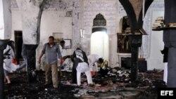Miembros de la milicia houtí inspeccionan la mezquita chií de Al Hashush tras varios ataques con explosivos en Saná, Yemen (20 de marzo, 2015).