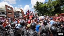 Vista de los enfrentamientos entre un grupo de personas adeptas al oficialismo y personas opositoras al gobierno nacional durante la consulta popular el domingo.
