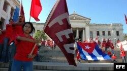 ARCHIVO. Un grupo de estudiantes enarbolan banderas cubanas y de la FEU, en la escalinata de la Universidad de La Habana.