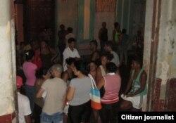 Residentes en la calle por temor a más derrumbes. (Foto: Cubanet)