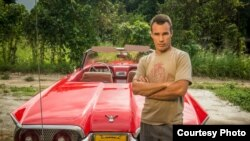 Carlos, uno de los personajes del documental en un Thunderbird 56.