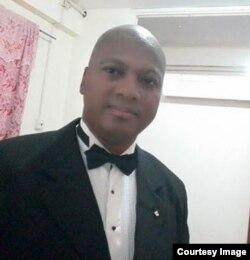 El doctor Eduardo Herrera está en Brasil, donde aún no puede ejercer como médico.