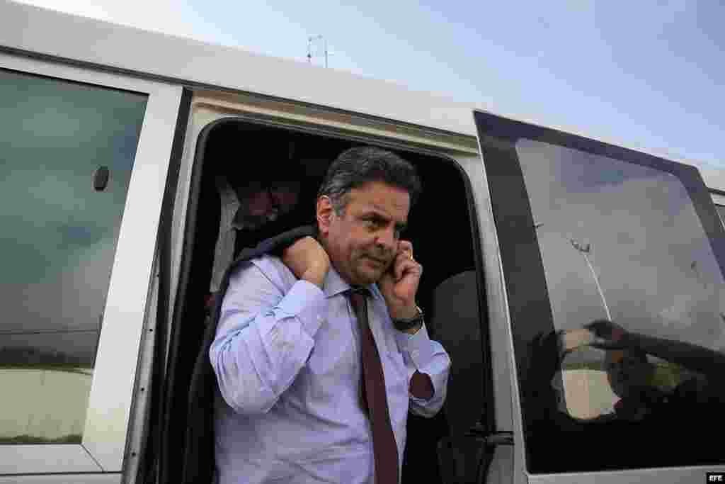 El senador y excandidato presidencial brasileño Aécio Neves aguarda en un autobús a la salida del aeropuerto .