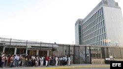 Decenas de personas hacen fila para entrar a la embajada de Estados Unidos en La Habana.