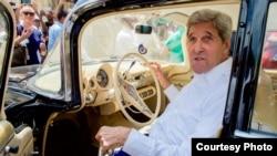John Kerry en un viejo Chevrolet Impala en la Plaza de San Francisco de La Habana Vieja.