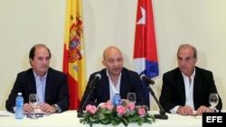 El secretario de Estado de Comercio de España, Jaime García-Legaz (c), de visita en La Habana.