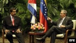 ARCHIVO. Raúl Castro (d) y Nicolás Maduro (i) en una reunión oficial.