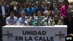 La líder opositora Maria Corina Machado saluda a sus seguidores antes de ofrecer una rueda de prensa hoy, viernes 11 de abril de 2014.
