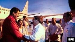 Nicolás Maduro en 2013 a su llegada a Santiago de Cuba, recibido por el canciller Bruno Rodríguez y el embajador de Cuba en Venezuela, Rogelio Polanco. Foto Archivo.