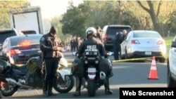 La policía y el FBI acordonan la zona de la explosión de un paquete bomba en Austin, Texas.