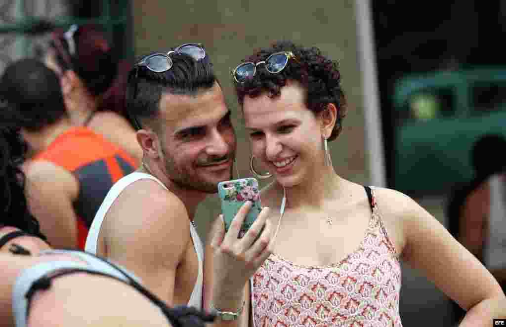 Una pareja que realiza una video llamada en una zona WiFi, en La Habana. Muchos usuarios de este servicio se quejan de no disponer de privacidad ni seguidad para utilizarlo.
