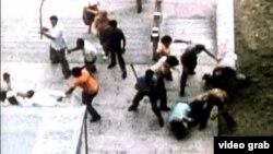Presos políticos y familiares son golpeados por porristas del Gobierno en mayo de 1980 frente a la Sección de Intereses de EEUU.