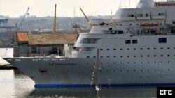 Un velero cubano navega cerca del crucero inglés Thomson Dream, en La Habana. EFE