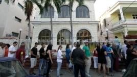Una fila frente a una de las oficinas donde entregan pasaportes en La Habana, Cuba