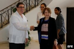 La relatora especial de la ONU sobre la Trata de Personas, Maria Grazia Giammarinaro (d), saluda al canciller cubano Bruno Rodríguez (i) este viernes, 14 de abril de 2017, en La Habana (Cuba).