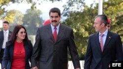 El presidente venezolano, Nicolás Maduro (c), camina junto a su esposa, Cilia Flores (i), y a Tareck El Aissami (d) en un acto de gobierno el 4 de enero de 2017.