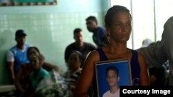 Maidi Charchabal sostiene la foto de su hijo Daniel Terrero, de 22 años, uno de los fallecidos en el accidente de avión ocurrido en La Habana, a la espera de la identificacion de los restos en medicina legal. (Foto: Enrique de la Osa)