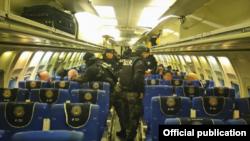 El segundo grupo partió desde el aeropuerto de Tababela de Quito, a La Habana en un Boeing 737 de la Fuerza Aérea Ecuatoriana (FAE).