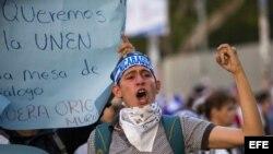 Con velas encendidas exigen justicia por muertos en protestas en Nicaragua.