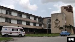 Aspecto de la fachada del hospital provincial Arnaldo Milián Castro, de la ciudad de Santa Clara (Cuba).