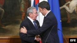 Conferencia de prensa del premier italiano Matteo Renzi y Raúl Castro.