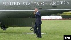El presidente Obama saluda mientras se dirige al helicóptero presidencial Marine One, en la Casa Blanca, Washington, hoy, jueves 9 de mayo de 2013. Obama visita hoy Austin (Texas) en un viaje de carácter económico.