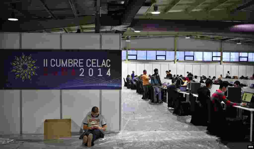 Varios jóvenes navegan en internet durante una prueba de conectividad en Pabexpo, en La Habana, Cuba, donde se realizará la cumbre de la CELAC.