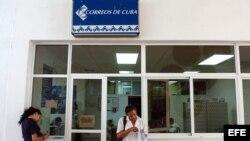 Estudiantes colombianas en una oficina de correos de la Escuela Latinoamericana de Medicina.