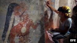La conservadora de National Geographic, Angelyn Bass, en un habitáculo de la ciudad maya de Xultún.