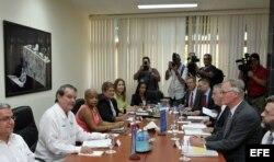 El director general para América del Servicio Europeo de Acción Exterior, Christian Leffler (d), y el vicecanciller cubano Abelardo Moreno (i) encabezan la tercera ronda de negociaciones UE-Cuba para lograr un acuerdo de diálogo político y cooperación