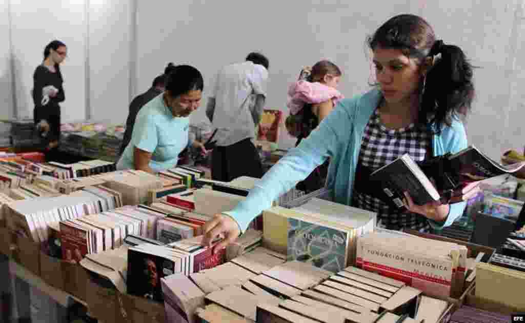 Una joven compra libros durante la jornada de apertura de la XXIV Feria del Libro de La Habana (Cuba), 2015.