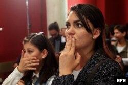 Dos mujeres escuchan los resultados del plebiscito en Colombia.