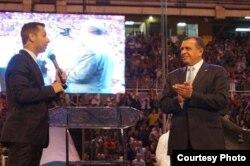El presidente de Honduras, Porfirio Lobo, y el predicador estadounidense Dominic Russo, en la cruzada Una Nación, un Día.