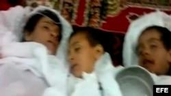 Fotograma facilitado hoy, jueves 7 de junio de 2012 de un video publicado por Shaam New Network (SNN) en una red social que muestra los cadáveres de varios niños supuestamente asesinados por tropas gubernamentales sirias en la provincia de Hama, en el cen