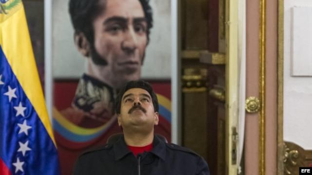 El presidente venezolano, Nicolás Maduro (c), junto con el vicepresidente Jorge Arreaza (i) y el vicepresidente económico y presidente de PDVSA, Rafael Ramírez (d), encabeza una reunión de la conferencia de paz con miembros de organizaciones sindicales y
