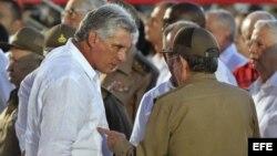 Raúl Castro (d), conversa con el primer vicepresidente, Miguel Diaz-Canel. (Foto: Archivo)