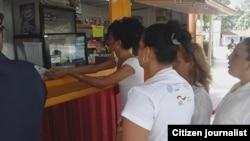 Reporta Cuba. Activistas de FLAMUR pagan con moneda cubana en un área de venta por divisas en Cuba.