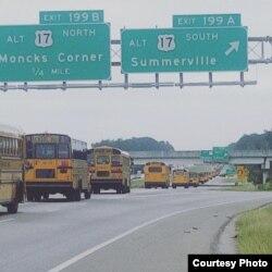 Autobuses escolares evacúan a residentes de las zonas costeras en Carolina del Sur.(Live5News)
