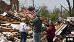 Fotografía de archivo. Residentes de Oklahoma miran los restos de sus viviendas tras el paso de un tornado.