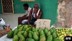 Un trabajador por cuenta propia vende aguacates.