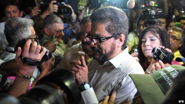 "Luciano Marín Arango, alias ""Iván Márquez"", número dos de las FARC, lee un comunicado declarando un alto al fuego unilateral."