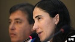 Yoani Sánchez (d) durante su presentación en la conferencia semestral de la SIP en Puebla, México.