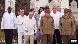 Raúl Castro (c) camina acompañado por dirigentes y militares, por el cementerio Santa Ifigenia, en la ciudad de Santiago de Cuba.