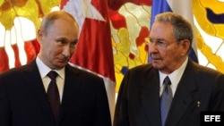 Raúl Castro (d) y su homólogo de Rusia Vladimir Putin (i).