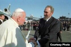 Fidel Castro y el Papa Juan Pablo II durante la visita del Pontífice a Cuba en 1998